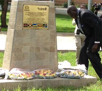 Šef Sekretarijata MMKS u ogranku u Arushi, g. Samuel Akorimo polaže cveće tokom komemoracije u u sedištu Istočnoafričke zajednice (EAC)