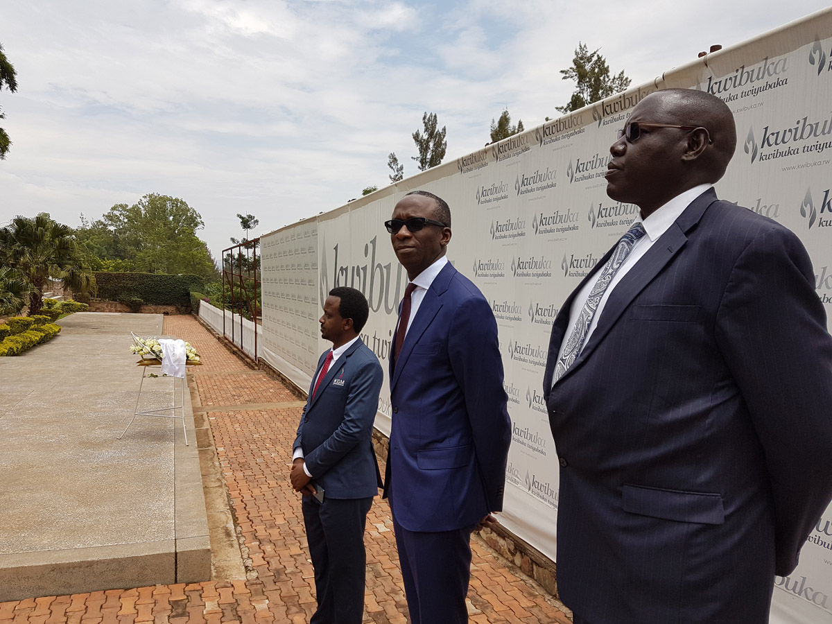 Gerefiye Elias (hagati) ku Rwibutso rwa Jenoside rwa Gisozi i Kigali