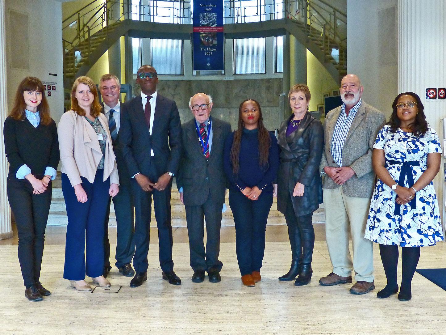 Predsednik i sekretar MMKS s južnoafričkom delegacijom u ogranku Mehanizma u Hagu