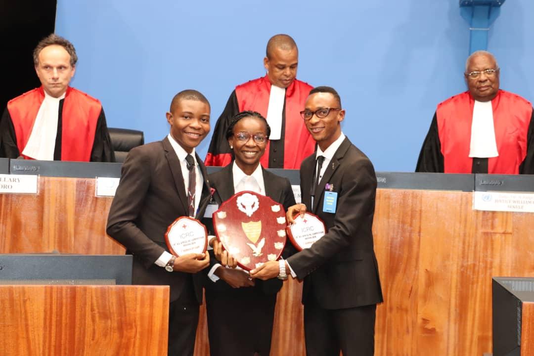 Deuxième place : Nigéria (UYO University). De gauche à droite : Abasibiangake Akpabio, Aniekan Udo-Okon (meilleur orateur) et Victor Daniel