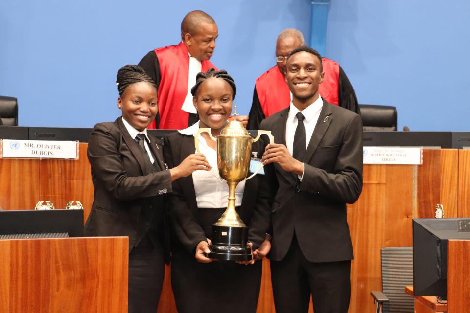 Équipe gagnante : Zimbabwe (Great Zimbabwe University). De gauche à droite : Ashley Muza, Kundiso Rusike et Carl Makomborero Muropa